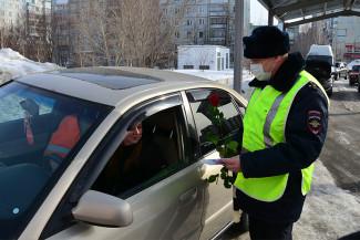 В Пензе с праздником поздравили женщин пришедших сдавать на права