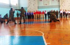 В Пензенской школе бойцы ОМОН провели показательное выступление