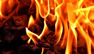 С масштабным ночным пожаром в Пензенской области боролись 25 человек