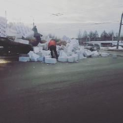 В Пензе строительные блоки из грузовика раскидало по дороге