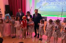 Пензенские парламентарии передали сельской библиотеке новые книги