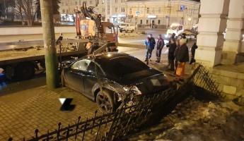 В центре Пензы в ночном ДТП от машин осталась лишь груда металла