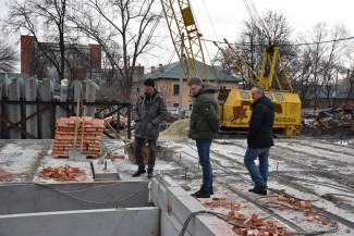 Андрей Лузгин проверил строительство домов для переселения жителей из ветхого жилья