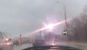 В Пензе на мокрый асфальт проезжей части с провода контактной сети фейерверком падают искры