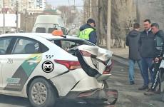 «Есть пострадавшие». В Пензе попала в серьезное ДТП машина такси