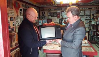 В Бессоновском районе Валерий Лидин дополнил экспозицию музея советской истории телевизором «Юность»