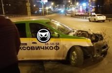 В Пензе разбилась машина службы такси. ФОТО