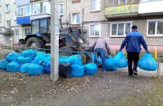 В Пензе более семи тысяч жителей вышли убирать город на субботник