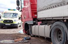 Обнародованы новые фото с места гибели мужчины под фурой в Пензенской области
