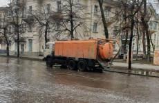 В Пензе после дождя коммунальные службы принялись убирать воду с улиц