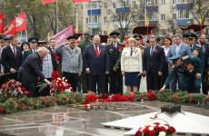 В Пензе Олег Мельниченко возложил цветы к Монументу воинской и трудовой славы пензенцев