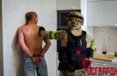 Обнародованы кадры задержания пензенца, выбросившего из окна сумку с патронами