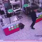 В Пензе мужчина украл деньги из стоящего в супермаркете банкомата