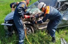 Под Пензой труп водителя вырезали из машины после аварии. ФОТО