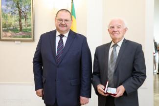 В Пензе Олег Мельниченко вручил жителям государственные и региональные награды