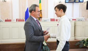 Валерий Лидин вручил паспорта юным пензенцам
