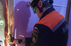 Пензенские спасатели вызволили больную женщину из квартирного плена