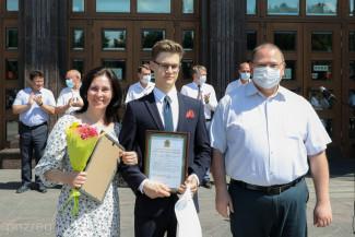 Олег Мельниченко поздравил пензенских выпускников на балу медалистов