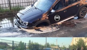 В Пензе машина нырнула капотом в глубокую яму