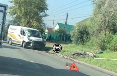 Жесткая авария в Пензе: минивэн снес столб