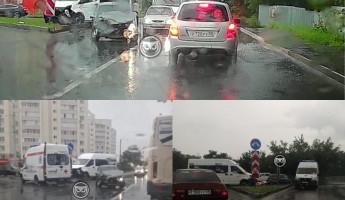 В Пензе легковушка столкнулась с маршруткой: на месте работали врачи