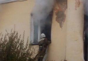 В Пензе на улице Комсомольской загорелся старый кирпичный дом