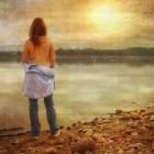 Абсолютно голая женщина устроила заплыв по речке и засняла себя на видео