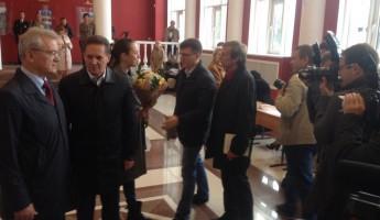 Символично. Василию Мельниченко благодарные избиратели подарили цветы