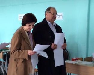 Кондрашин и Гуляков пришли на выборы в сопровождении супруг