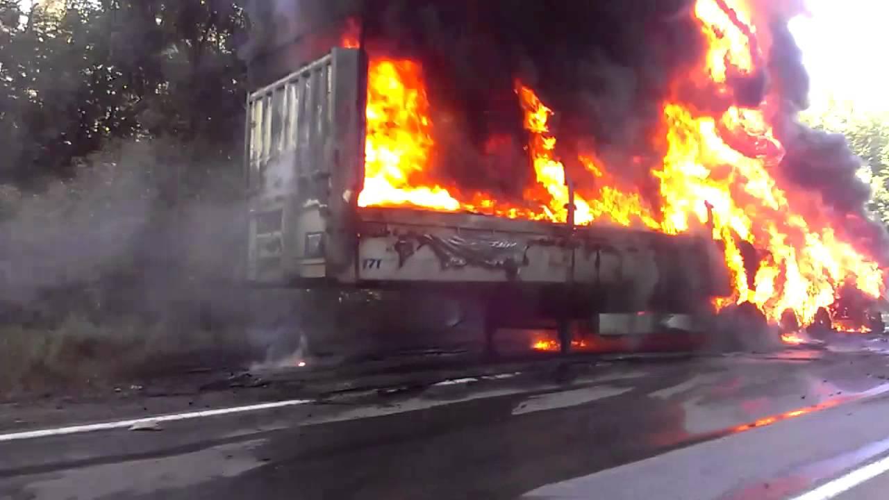 Натрассе вПензенской области после жуткого столкновения скраном загорелась фура
