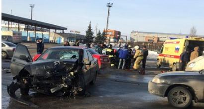 ВПензе три человека получили травмы при столкновении 2-х машин