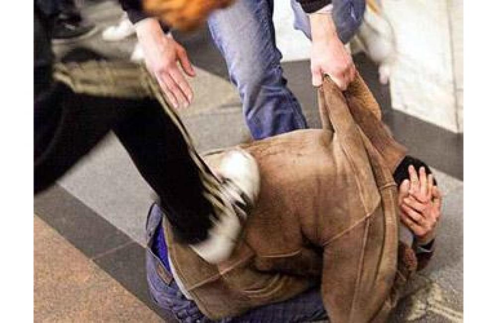 Юного человека безжалостно избили наКрасной площади в российской столице