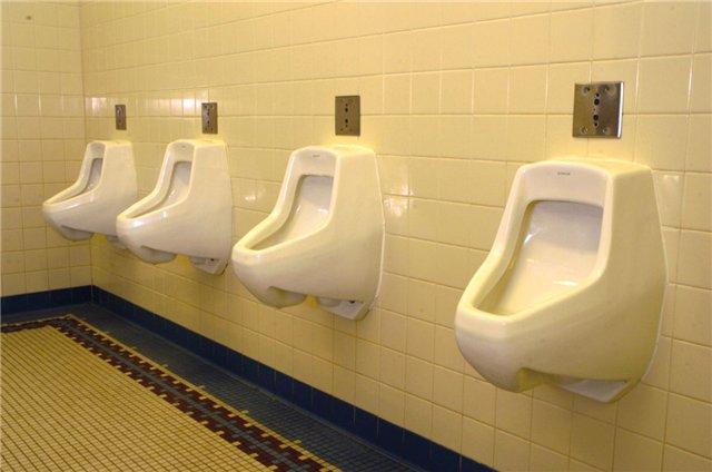 Пензенец оставил сумку сденьгами вкабинке туалета