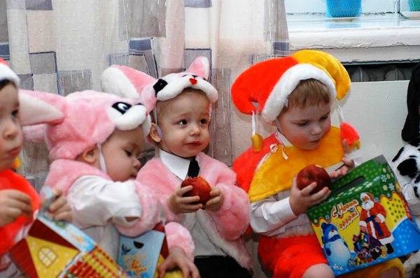 Какие подарки дарить детям в детском саду на новый год