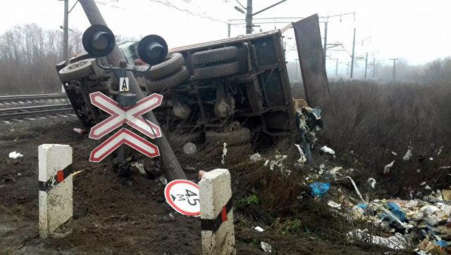 Грузовой поезд врезался в«КамАЗ» под Саратовом