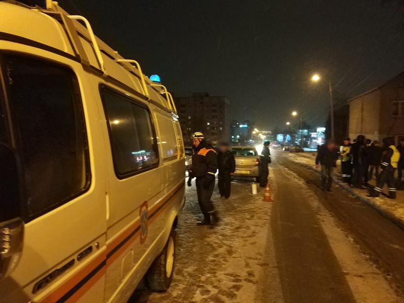 ВАрбекове тело погибшей женщины из-под машины извлекали cотрудники экстренных служб