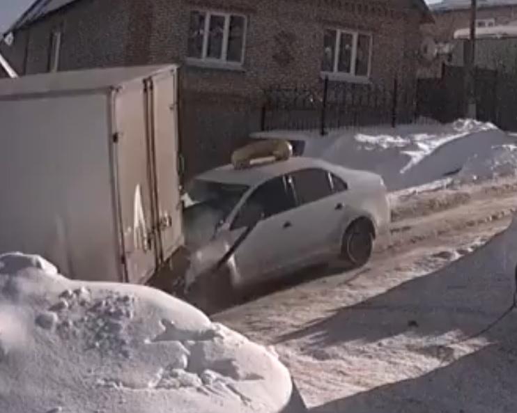 ВПензе наБекешской такси наогромной скорости влетело в грузовой автомобиль