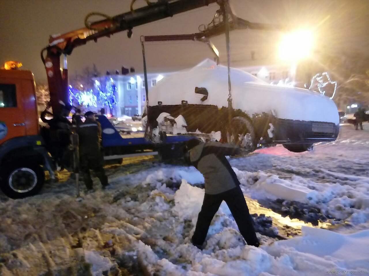 Автомобили, мешавшие убирать снег наПривокзальной площади, отправили наштрафстоянку