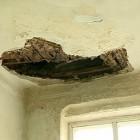 В Пензе в жилом доме обрушился потолок