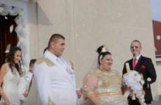 На цыганскую пару, игравшую свадьбу, обрушился дождь из золота и евро