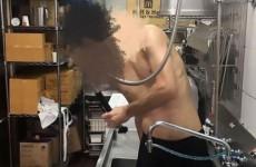 Сотрудник «Макдоналдса» искупался в раковине
