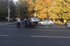 «Неудачное сальто». В Пензе рядом с памятником Победы «Форд» столкнулся с «Сузуки» и перевернулся