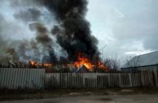 Пострадавшим при пожаре семьям из Леонидовки выплатят по 100 тыс. рублей