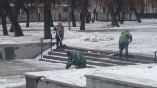 Сотрудники пензенских МУПов оперативно борются с гололедом в центре города