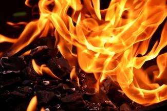 В Бессоновском районе загорелся срубовый дом