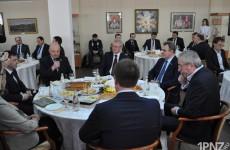 Губернатор Белозерцев накормил завтраком старых и новых любимчиков