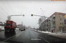 В Пензе водитель грузовика нарушил ПДД. ВИДЕО