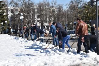 Виктор Кувайцев убрал снег в сквере Пушкина