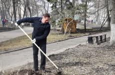 Чистоту в Пушкинском сквере в «санитарную» пятницу навел Виктор Кувайцев