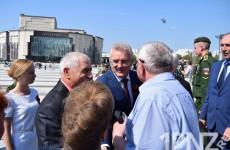 Губернатор Белозерцев принял парад перед Днем победы и по-семейному пообщался с ветеранами (ФОТОРЕПОРТАЖ)